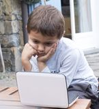 Sex-år-gammal pojke, ljus - brunt hår, rövade bort fullständigt vid fet Arkivbilder