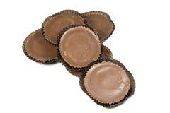 Sex bruna runda choklader i skyddande legitimationshandlingar Royaltyfria Bilder