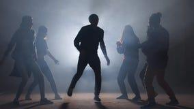 Sex Caucasian rappare utför på gatan oförglömlig presentation lager videofilmer