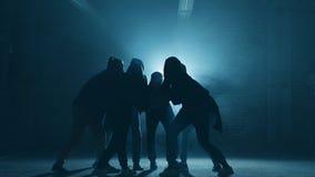 Sex Caucasian rappare utför på gatan oförglömlig presentation stock video