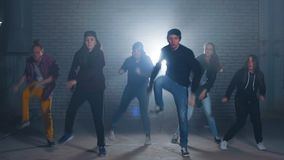 Sex Caucasian rappare utf?r i nattkonkurrensen f?r gatadans lager videofilmer