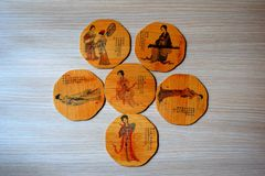 Sex Chinees bambu illustreted tekopphållaren på grå wood bakgrund arkivbilder