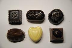 Sex chokladbrända mandlar Arkivfoto
