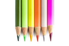 Sex färgade blyertspennor på vit arkivbilder