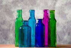Sex färgade flaskor och deras glass stordia Royaltyfri Fotografi