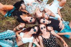 Sex flickalögn på gräset Royaltyfri Foto