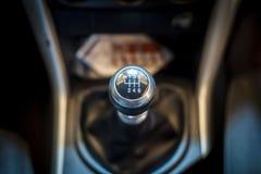 Sex hastighetskugghjulförskjutning i bil Kugghjulöverföring Arkivbilder