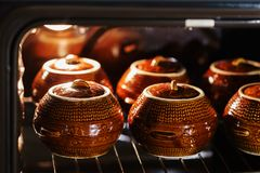 Sex keramiska kruka för varm brun lera med dragen tillbaka eller låten småkoka mat inom ugnen Fotografering för Bildbyråer