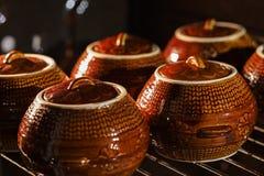 Sex keramiska kruka för varm brun lera med dragen tillbaka eller låten småkoka mat inom ugnen Arkivbilder