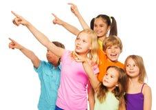 Sex lyckliga ungar som pekar fingrar Arkivfoton