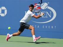 Sex mästare Novak Djokovic som för storslagen Slam för tider öva för US Open 2013 på Billie Jean King National Tennis Center Arkivfoto