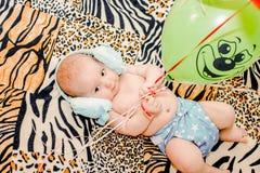 Sex-månad-gammalt litet barn i blöjan royaltyfri fotografi