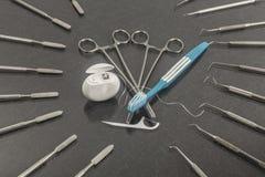 Sex marsch tandläkaredag Tandläkekonstbakgrund med tandläkekonstinstrument fotografering för bildbyråer