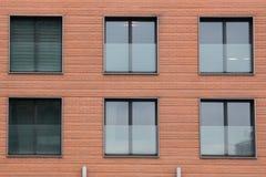 Sex moderna främre glass fönster av ett nytt hus arkivbild