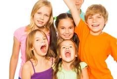 Sex nätta ungar som tillsammans står Royaltyfri Bild