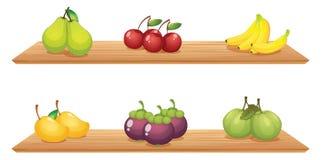 Sex olika sorter av frukter i trähyllorna Arkivbilder