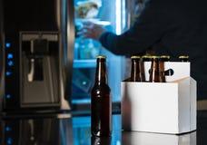 Sex packe av bruna ölflaskor på diskbänken Fotografering för Bildbyråer