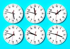 Sex parallella klockor på väggen som visar världstid royaltyfri foto