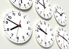 Sex parallella klockor på väggen som visar världstid fotografering för bildbyråer