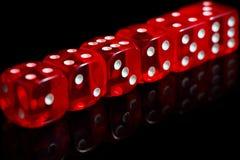 sex röda kasino tärnar med reflexion på svart bakgrund arkivbilder