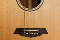 sex-rad akustisk gitarr på en röd bakgrund Fotografering för Bildbyråer