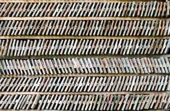 Sex rader av ordnade tegelstenar på en wood hylla. Arkivfoton