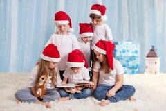 Sex söta ungar, förskole- barn och att ha gyckel för jul Royaltyfri Bild