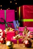 Sex slågna in julgåvaaskar Arkivfoton