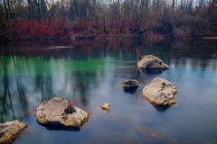 Sex stenar i en långsam flödande flod Royaltyfri Fotografi