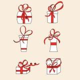Sex vita gåvaaskar böjer röda band Royaltyfri Bild