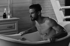 Sexe et concept d'art érotique : séance macho unshaved nue dans la baignoire photo libre de droits