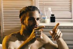 Sexe et concept d'art érotique : type dans la salle de bains avec le regard impliqué photos stock