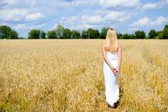 美丽的亭亭玉立的白色长的礼服的sexi白肤金发的夫人 免版税库存照片