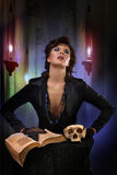现代sexi巫婆降在老背景的一个咒语 图库摄影