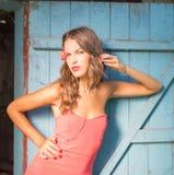 Sexi härlig ung kvinnlig i rött over blått retro fotografering för bildbyråer