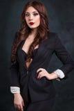 Sexig affärskvinna i en mörk affärsdräkt Härlig sexig sekreterare arkivfoto
