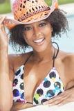 Sexig afrikansk amerikankvinnaflicka i simbassäng royaltyfria foton