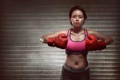 Sexig asiatisk flickaboxare med röda handskar Royaltyfri Fotografi