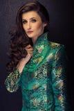 Sexig attraktiv brunettkvinna som poserar i trendig japanst Royaltyfri Bild