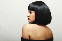 Sexig baksida av den härliga brunettkvinnan med guppar frisyr. Nätt skönhetvuxen människaflicka arkivbilder