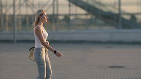 Sexig benkvinna som går i stad lager videofilmer