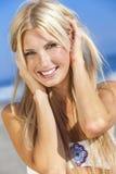 Sexig blond flicka i den vita bikinin på stranden Fotografering för Bildbyråer