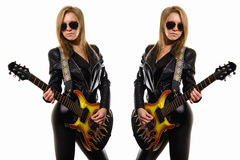 Sexig blond flicka i solglasögon, svart läderomslag som spelar gitarren royaltyfria foton