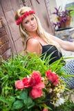 Sexig blond flicka i tillfälligt mode Arkivfoto