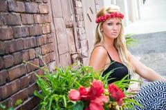 Sexig blond flicka i tillfälligt mode royaltyfria bilder