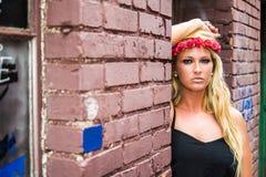 Sexig blond flicka i tillfälligt mode fotografering för bildbyråer