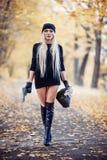 Sexig blond flicka med vapnet Royaltyfri Foto