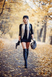 Sexig blond flicka med vapnet Arkivfoton