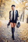 Sexig blond flicka med vapnet Arkivfoto