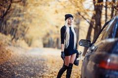 Sexig blond flicka med vapnet Royaltyfria Bilder